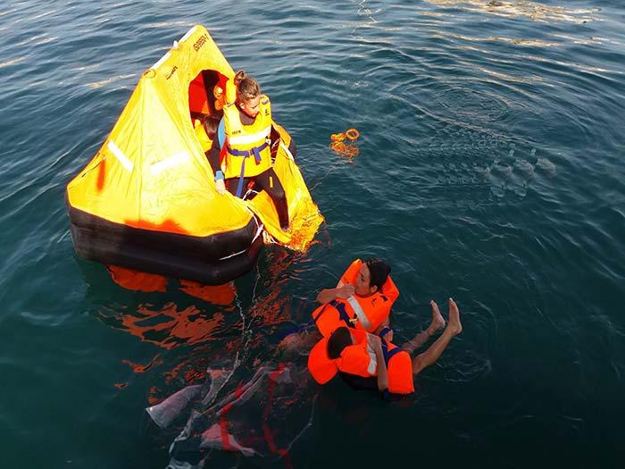 girolata-stephane- Mise en oeuvre d'un radeau de survie - Pr�parer et Manipuler une survie